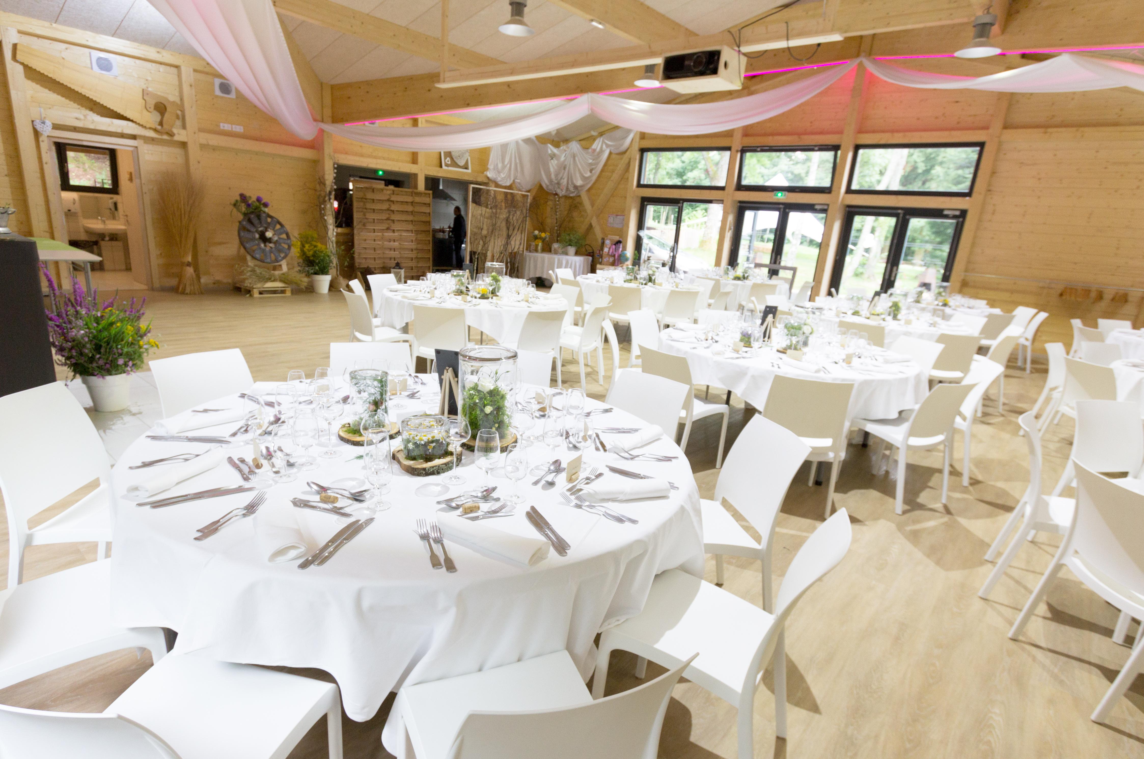 Décoration de la salle de repas d'un mariage au Domaine du Hirtz