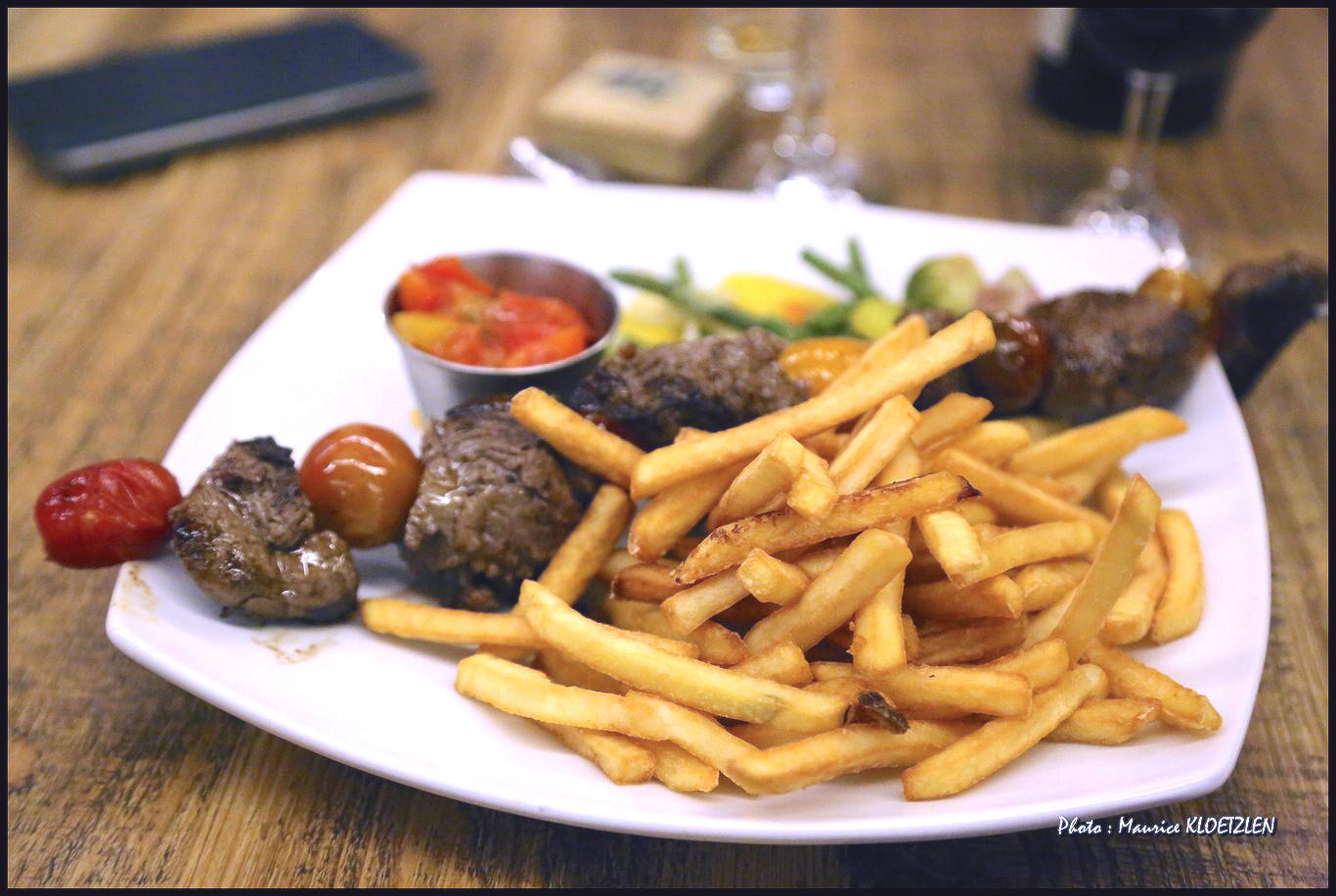 Brochette de bœuf servie à l'Auberge du Hirtz