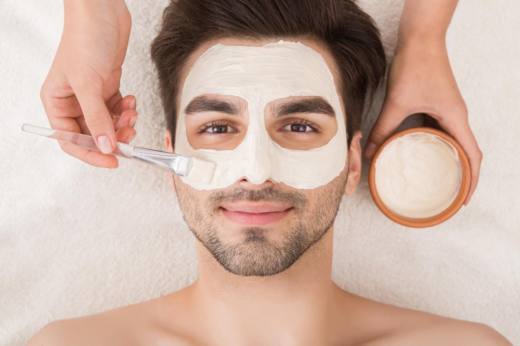 Homme avec un masque du visage au SPA Nordique du Domaine du Hirtz